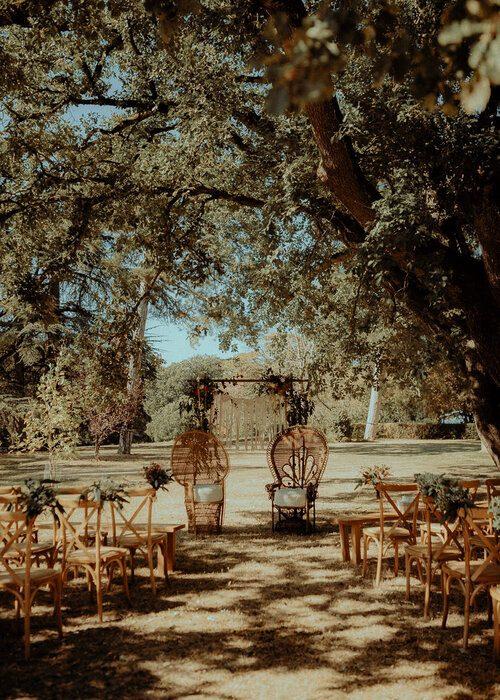 Chaise Cross Back et tables en chêne